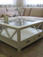 Стильный белый квадратный журнальный столик. 4 шуфляды и полка под стеклом.