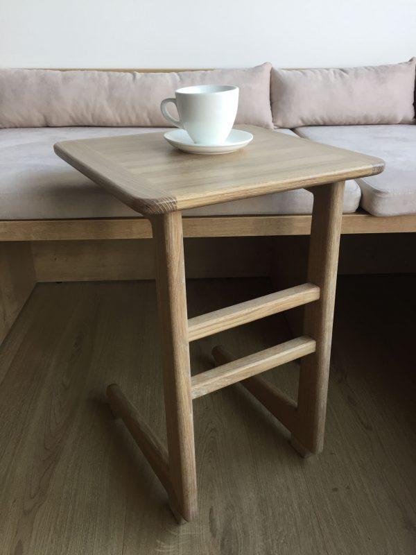 Приставной столик из массива дуба